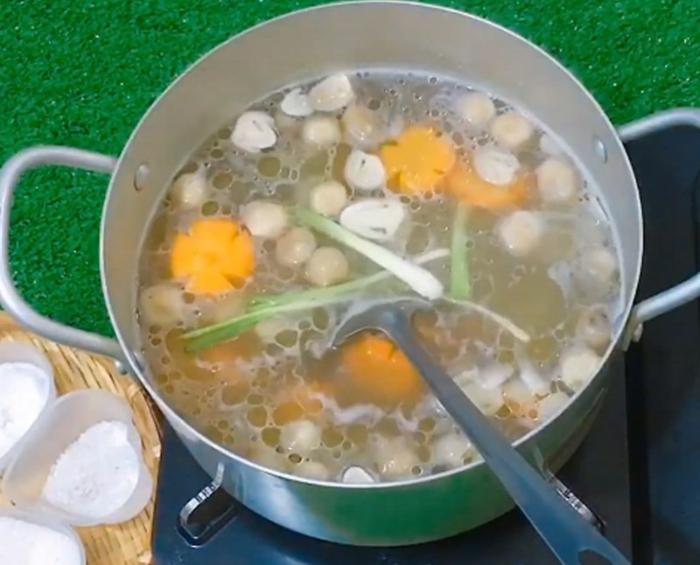Cách nấu nui gà nấm rơm; nấu nui sườn heo; Cách nấu nui đuôi heo; Cách nấu nui thịt bằm; Cách nấu nui thịt bò.