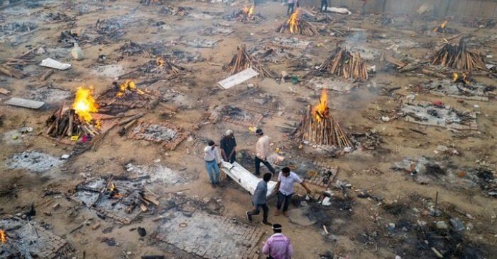Các thành viên gia đình khiêng thi thể nạn nhân Covid-19 vào khu vực hỏa táng tại một lò hỏa táng ở New Delhi, Ấn Độ hồi tháng 4 (