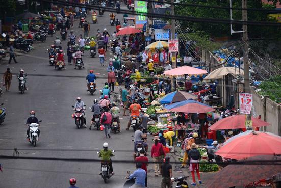 Chợ gần Công ty PouYuen Việt Nam, quận Bình Tân (ảnh chụp màn hình báo Tuổi Trẻ).