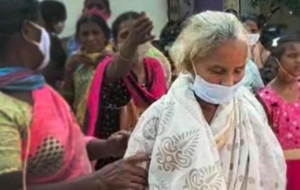 """Cụ bà Girijamma buồn bã vì gia đình đã không đón mình tại bệnh viện; đã vậy, bà còn được chồng tổ chức một """"lễ tang sống"""""""