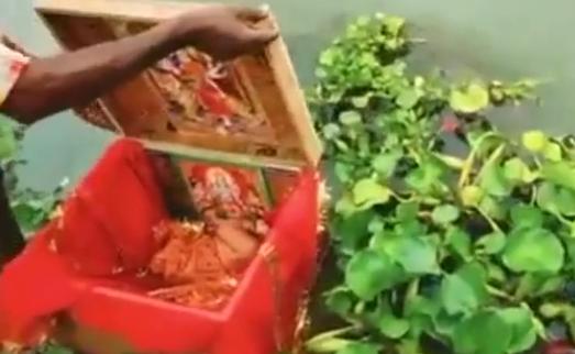 Em bé được đặt trong hộp gỗ, trôi trên sông Hằng.
