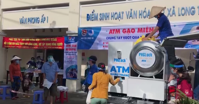 Người dân đến cây ATM lưu động nhận gạo (ảnh chụp màn hình video trên báo VnExpress).