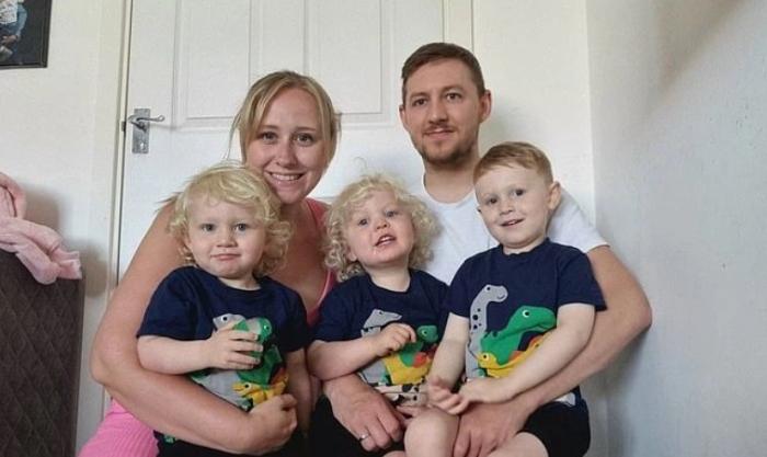 Xem camera, bố mẹ sững sờ trước hành động của cặp song sinh