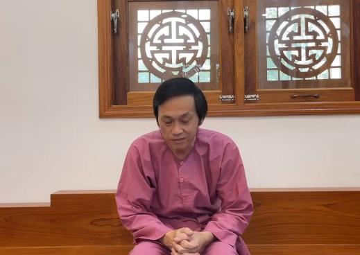 Hoài Linh trong video xin lỗi đăng trên trang cá nhân có 12 triệu người theo dõi.