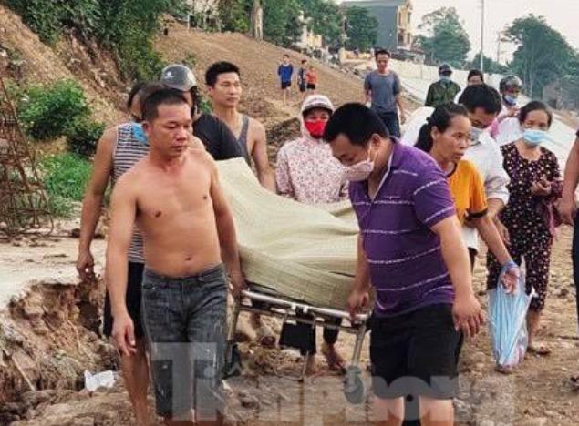 Người dân đưa thi thể chị Trang về an táng