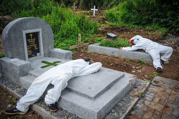 Nhân viên nghĩa trang đuối sức trong bối cảnh bệnh nhân chết vì COVID-19 tăng lên ở Indonesia