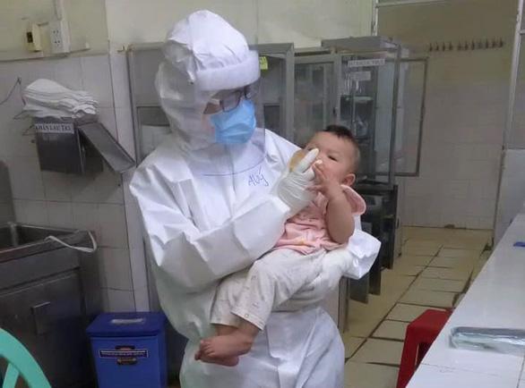 Bác sĩ Phạm Thị Thanh Thúy - khoa cấp cứu Bệnh viện Trưng Vương - cho em bé mắc COVID-19 mới 7 tháng tuổi uống sữa. Ảnh được đồng nghiệp chung êkip trực với bác sĩ Thúy chụp lại