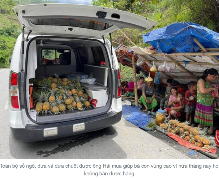 Người dân Hà Nội đến mua dứa, dưa chuột, ngô của anh Đoàn Ngọc Hải.