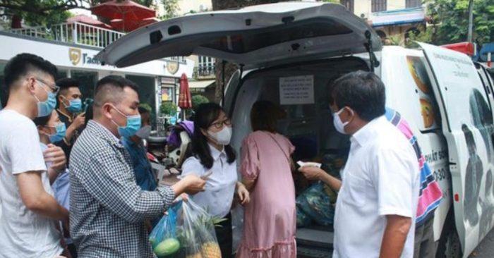 Ông Đoàn Ngọc Hải bán hết xe hoa quả giữa phố Hà Nội, 'lãi' hơn 4 triệu đồng