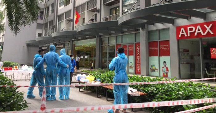 Trưa 23/5, tòa Park 11 ở Times City bị phong tỏa (ảnh: Bùi Đức Tuấn).