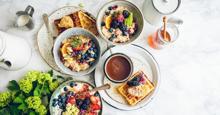 bữa ăn lành mạnh với trái cây, mật ong  tốt cho sức khỏe vóc dáng và làn da.