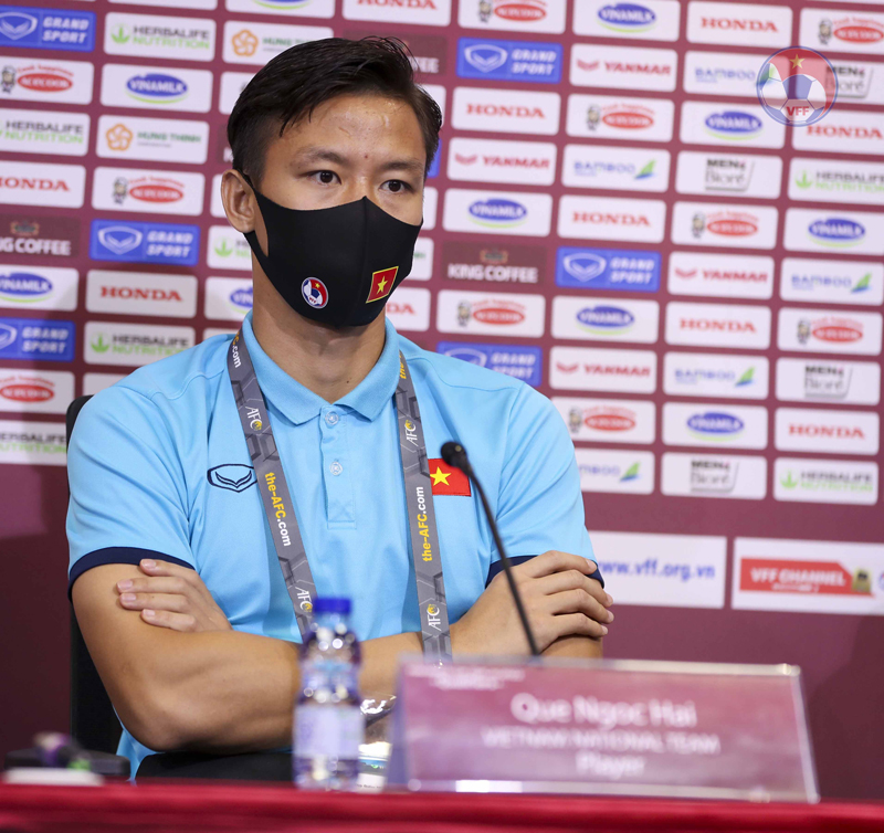 Quế Ngọc Hải tại buổi họp báo (sau khi đã được đổi lại bảng tên với thầy Park - ảnh VFF).
