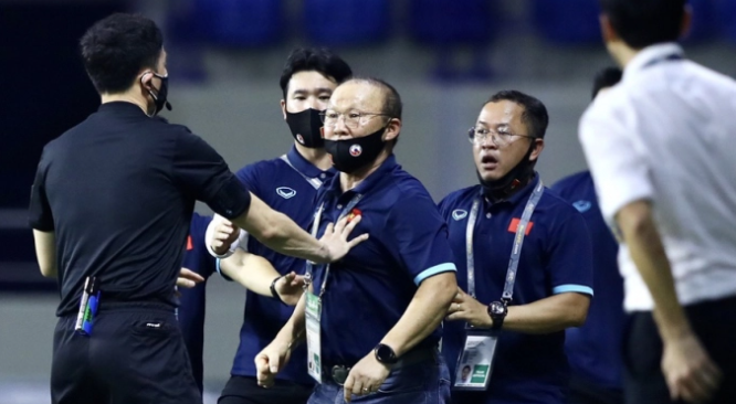 HLV Park Hang-seo đã phải nhận tấm thẻ vàng khi thấy cầu thủ Malaysia phạm lỗi với Hồng Duy