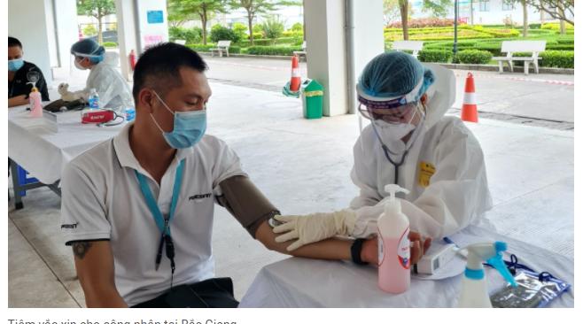 Tiêm vắc xin cho công nhân tại Bắc Giang
