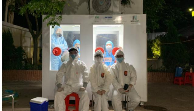 Việt Nam chế được bốt lấy mẫu xét nghiệm Covid-19 gắn máy lạnh, giúp y bác sĩ đỡ cực
