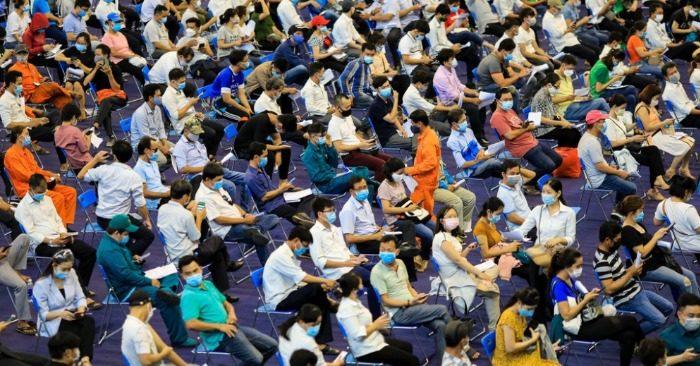 Cảnh tập trung đông người tiêm vắc xin ở TP. HCM
