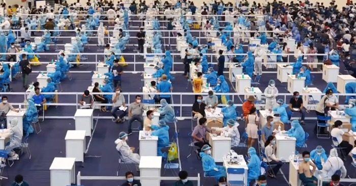 Cảnh tập trung đông người tiêm vắc xin Covid-19 ở TP. HCM (ảnh chụp màn hìn