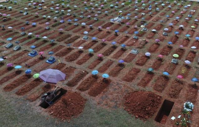 Phu đào huyệt làm việc tại một nghĩa trang ở Peru (ảnh chụp màn hình AP).