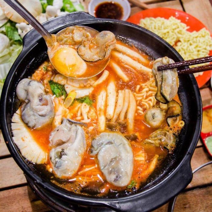 Lẩu hàu chua cay; hải sản; nấu chua; rau rút; khoai sọ; ăn với bún; om; muống; đầy đủ; hình ảnh;