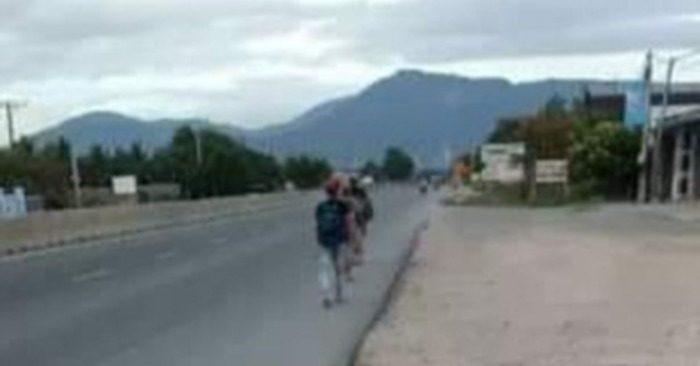 4 ngư dân Phú Yên lầm lũi đi bộ trên quốc lộ 1. Họ quyết tâm đi bộ hơn 275km từ Cà Ná (Ninh Thuận) về Tuy An (Phú Yên). Ảnh: Cao Minh.