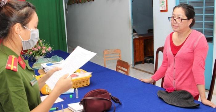 Bà trùm buôn lậu Nguyễn Thị Kim Hạnh nghe cảnh sát đọc lệnh bắt tạm giam