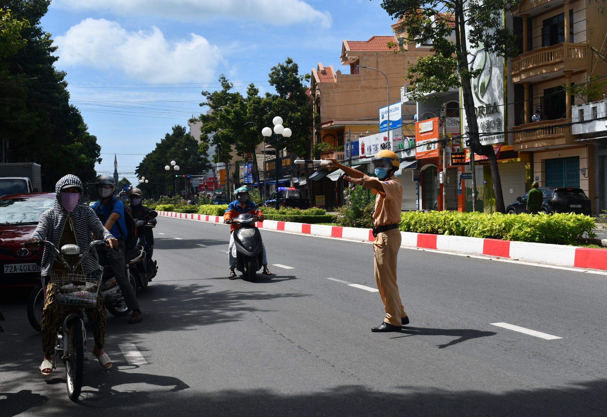 CSGT Vũng Tàu kiểm tra người đi đường trong những ngày dịch bùng phát (ảnh: báo Bà Rịa - Vũng Tàu).