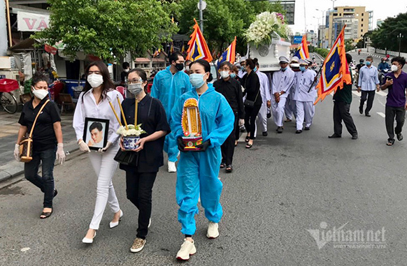 Cao Thái Hà cầm di ảnh của Đức Long trong lễ di quan (ảnh chụp màn hình báo Vietnamnet).