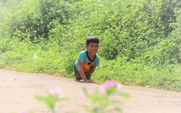 Hành trình đến trường của cậu bé đi bằng tay Điểu Khuy Ních (ảnh chụp màn hình báo Dân Trí).
