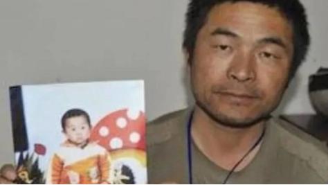Người cha và ảnh đứa con bị mất tích của mình