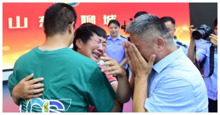 Vợ chồng ông Quách bật khóc khi đoàn tụ với người con thất lạc 24 năm qua.