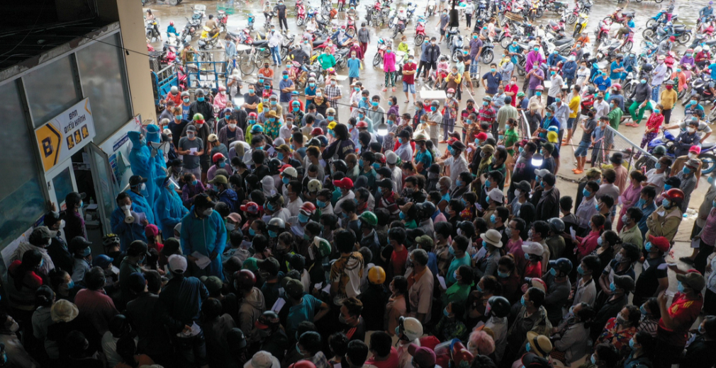 Tiểu thương chợ Bình Điền chen nhau lấy kết quả xét nghiệm vào trưa 5/7 (ảnh chụp màn hình báo VnExpress).