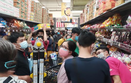 Người dân TP. HCM đổ đến các siêu thị tăng vọt sau khi có lệnh đóng cửa các chợ đầu mối (ảnh chụp màn hình báo Thanh Niên).