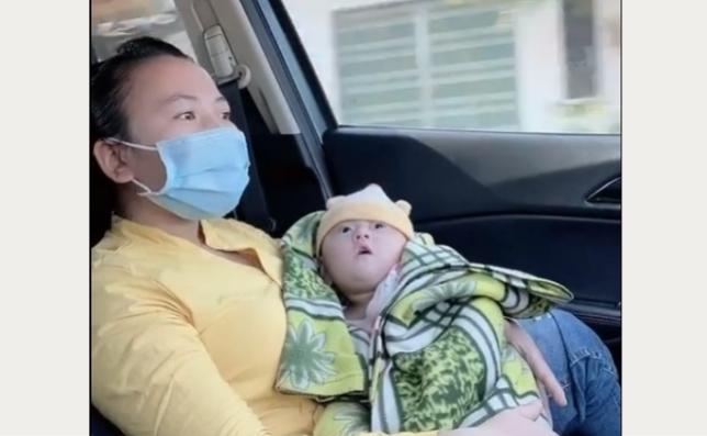 Một phụ nữ ở huyện Krông Bông có con bị bại não được anh Nghĩa đưa về