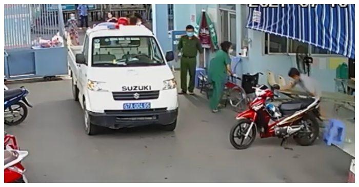Xe chuyên dụng do thượng úy Lê Minh Soàn chở sản phụ đến sinh 2 bé gái an toàn