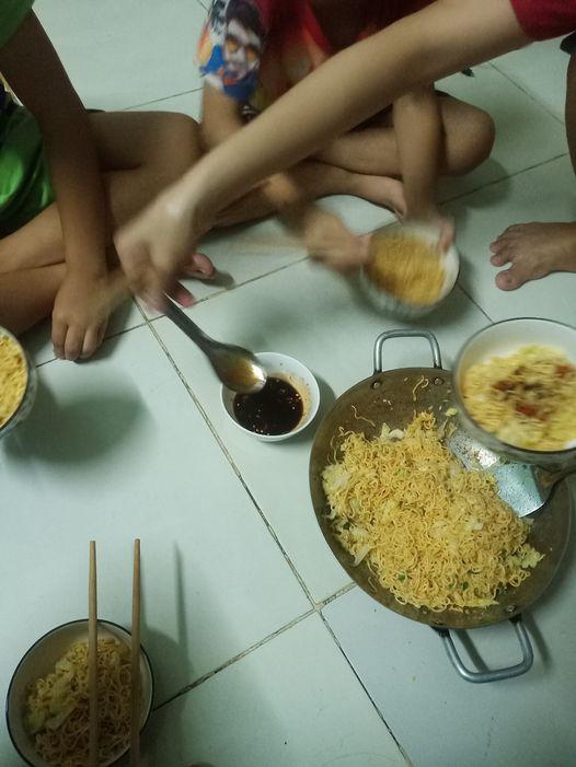 Anh Lê Minh Đương chia sẻ hình ảnh bữa cơm mùa dịch.