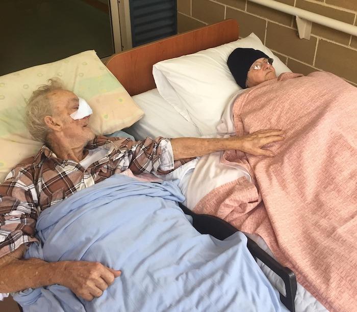 Cụ ông Danny Rowland tạm biệt vợ trước khi qua đời (ảnh: QAS/Facebook).