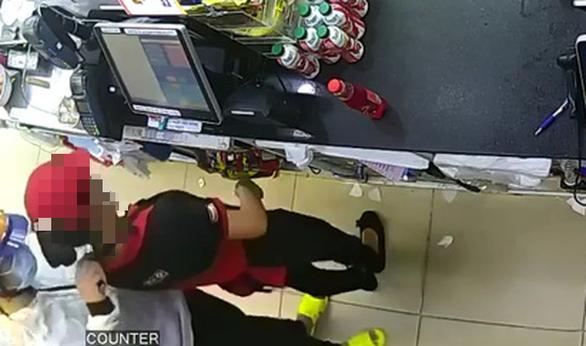 Camera ghi lại hình ảnh vụ cướp ở cửa hàng tiện lợi quận 8, rạng sáng 21/7.