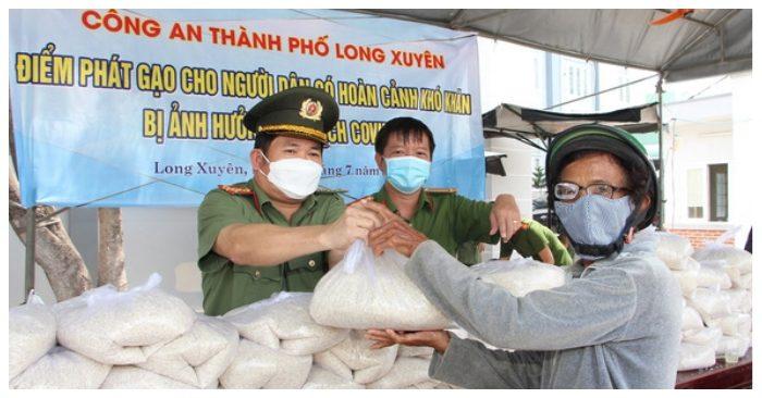 giám đốc Công an tỉnh An Giang vận động 36 tấn gạo hỗ trợ người dân nghèo trong mùa dịch