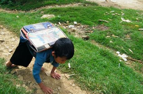 Gần chục năm trước, Lầu A Sáng được báo chí nhắc đến khi hàng ngày em vượt đồi núi đến trường bằng tay (ảnh chụp màn hình báo Dân Việt).