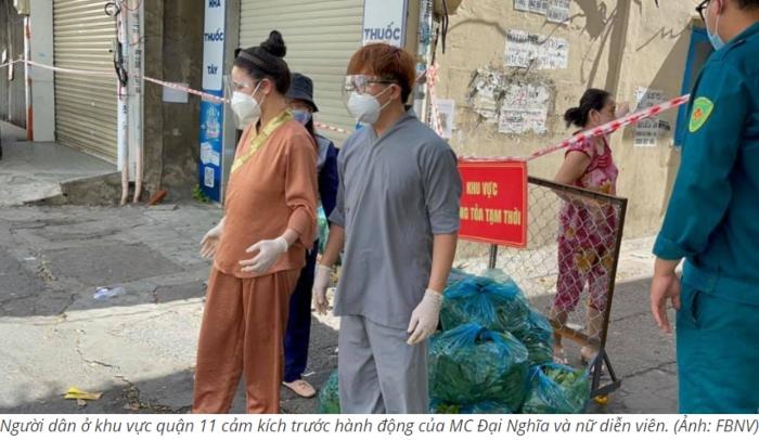 MC Đại Nghĩa và ca sĩ Nhật Kim Anh tình nguyện phát rau đến người dân trong khu vực cách ly