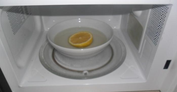 Làm sạch lò vi sóng bằng chanh là 1 trong 5 mẹo nhà bếp cực hay giúp chị em vào bếp nhàn tênh.