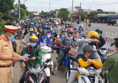 Dòng người ùn ùn đổ về khu vực giáp ranh giữa Đà Nẵng và Quảng Nam (ảnh chụp màn hình VTC).