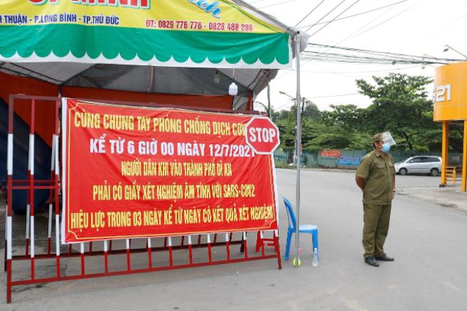"""Chốt chặn ngay cổng vào Làng ĐH, """"ranh giới"""" giữa TP.HCM và tỉnh Bình Dương"""