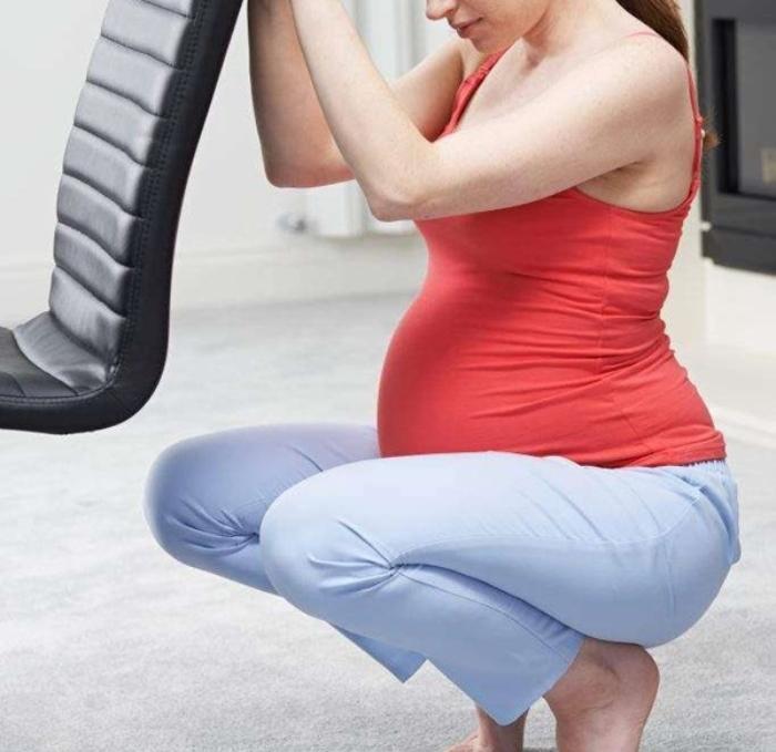 Theo các bác sĩ sản khoa cho biết, mẹ bầu không nên ngồi xổm trong cả thai kỳ.