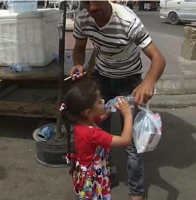 Trẻ con nhà  nghèo ở Iraq - đối tượng đáng thương luôn sống trong đủ nỗi khổ: Thiếu đói, thiếu nước và thiếu điện (ảnh chụp màn hình video VTVC).
